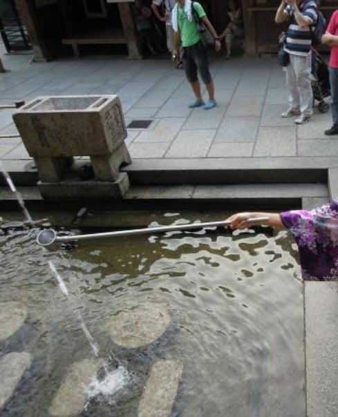 清水寺の音羽の滝の水の正しい正式な飲み方(いただき方) (2)