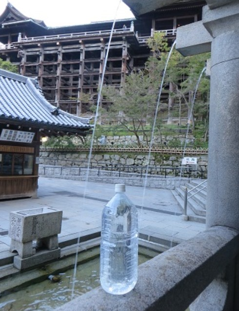 清水寺の音羽の滝の水の正しい正式な飲み方(いただき方)