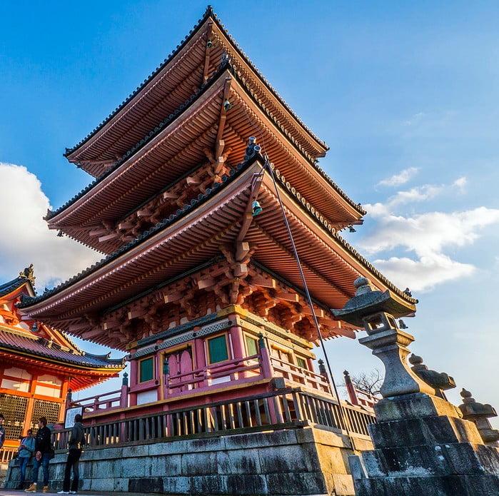 意外な事実!京都・清水寺の三重塔「歴史・由来・大きさ(高さ)・建築様式・建てた人」と「修理(工事)」(写真・画像つき)