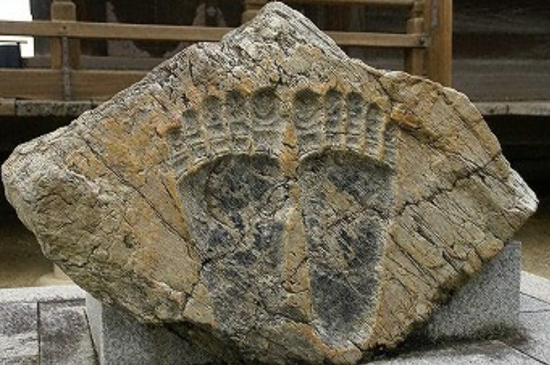 清水寺の七不思議&裏話【その3】「巨大な仏足石」